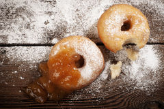 Σπιτικά donuts στον ξύλινο πίνακα Στοκ εικόνες με δικαίωμα ελεύθερης χρήσης