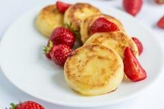 Σπιτικά fritters στάρπης με τη φράουλα σε ένα άσπρο πιάτο Στοκ Εικόνα
