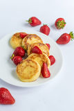 Σπιτικά fritters στάρπης με τη φράουλα σε ένα άσπρο πιάτο Στοκ εικόνες με δικαίωμα ελεύθερης χρήσης