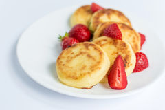 Σπιτικά fritters στάρπης με τη φράουλα σε ένα άσπρο πιάτο Στοκ φωτογραφία με δικαίωμα ελεύθερης χρήσης