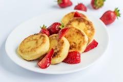 Σπιτικά fritters στάρπης με τη φράουλα σε ένα άσπρο πιάτο Στοκ φωτογραφίες με δικαίωμα ελεύθερης χρήσης