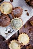 Σπιτικά muffins με τις σταφίδες και τα καρύδια στοκ φωτογραφίες
