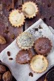 Σπιτικά muffins με τις σταφίδες και τα καρύδια στοκ εικόνα
