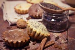 Σπιτικά muffins με τις σταφίδες και τα καρύδια Στοκ εικόνα με δικαίωμα ελεύθερης χρήσης