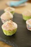 Σπιτικά muffins με χρωματισμένος τσαλακώνουν Στοκ φωτογραφία με δικαίωμα ελεύθερης χρήσης