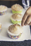 Σπιτικά muffins με χρωματισμένος τσαλακώνουν Στοκ εικόνες με δικαίωμα ελεύθερης χρήσης