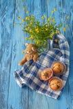 Σπιτικά muffins στην μπλε πετσέτα στον μπλε ξύλινο πίνακα Στοκ φωτογραφία με δικαίωμα ελεύθερης χρήσης