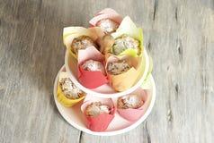 Σπιτικά muffins τυριών εξοχικών σπιτιών στοκ φωτογραφία
