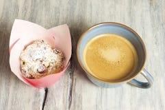 Σπιτικά muffins τυριών εξοχικών σπιτιών στοκ εικόνες