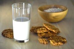Σπιτικά oatmeal μπισκότα, δημητριακά προγευμάτων και ένα ποτήρι του γάλακτος κατανάλωση υγιής Στοκ εικόνες με δικαίωμα ελεύθερης χρήσης