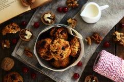 Σπιτικά oatmeal μπισκότα με τα καρύδια, τη σταφίδα και τα ξηρά τα βακκίνια Στοκ Εικόνες