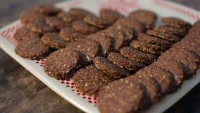 Σπιτικά Oatmeal μπισκότα με τους σπόρους σουσαμιού σε ένα άσπρο πιάτο με τη διακόσμηση απόθεμα βίντεο