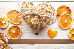 Σπιτικά oatmeal μπισκότα στον ξύλινο πίνακα στοκ φωτογραφίες με δικαίωμα ελεύθερης χρήσης