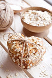 Σπιτικά oatmeal μπισκότα στον ξύλινο πίνακα στοκ εικόνες