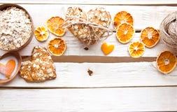 Σπιτικά oatmeal μπισκότα στον ξύλινο πίνακα στοκ φωτογραφίες