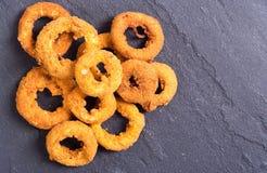 Σπιτικά runchy τηγανισμένα δαχτυλίδια κρεμμυδιών Ñ  Στοκ Εικόνες