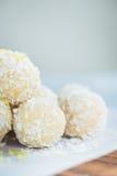 Σπιτικές ακατέργαστες τρούφες καρύδων και λεμονιών Vegan Στοκ Εικόνα