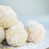 Σπιτικές ακατέργαστες τρούφες καρύδων και λεμονιών Vegan Στοκ Φωτογραφία