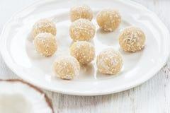 Σπιτικές ακατέργαστες τρούφες καρύδων και λεμονιών Vegan Στοκ Εικόνες