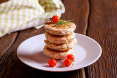 Σπιτικές αλμυρές τηγανίτες τυριών με τον άνηθο και τη φρέσκια ντομάτα Στοκ Εικόνες
