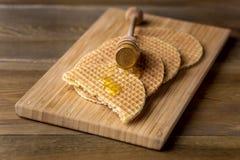 Σπιτικές βάφλες με τις νόστιμες βάφλες της Ολλανδίας Stroopwafel μελιού στο ξύλινο υπόβαθρο Στοκ φωτογραφία με δικαίωμα ελεύθερης χρήσης