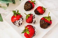 Σπιτικές βυθισμένες σοκολάτα φράουλες έτοιμες να φάνε Πρόγευμα φ Στοκ φωτογραφία με δικαίωμα ελεύθερης χρήσης