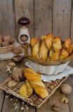 Σπιτικές ζύμες με το γέμισμα τυριών και ξύλων καρυδιάς Στοκ φωτογραφία με δικαίωμα ελεύθερης χρήσης