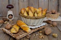 Σπιτικές ζύμες με το γέμισμα τυριών και ξύλων καρυδιάς Στοκ εικόνες με δικαίωμα ελεύθερης χρήσης