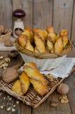 Σπιτικές ζύμες με το γέμισμα τυριών και ξύλων καρυδιάς Στοκ εικόνα με δικαίωμα ελεύθερης χρήσης
