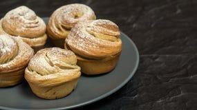 Σπιτικές ζύμες cruffins, muffin με τη σκόνη ζάχαρης Στοκ Εικόνες