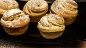 Σπιτικές ζύμες cruffins, muffin με τη σκόνη ζάχαρης Στοκ εικόνα με δικαίωμα ελεύθερης χρήσης