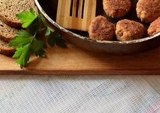 Σπιτικές μπριζόλες σε ένα τηγανίζοντας τηγάνι στοκ φωτογραφίες
