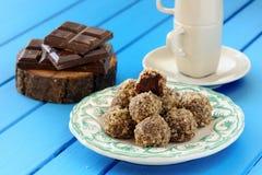 Σπιτικές νόστιμες τρούφες σοκολάτας, φραγμοί σοκολάτας και φλυτζάνι καφέ Στοκ φωτογραφία με δικαίωμα ελεύθερης χρήσης