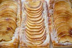 Σπιτικές οργανικές κατακόκκινες πίτες με τη ζύμη ριπών μήλων, έτοιμη ea Στοκ Εικόνες