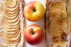 Σπιτικές οργανικές κατακόκκινες πίτες με τη ζύμη ριπών μήλων, έτοιμη ea Στοκ φωτογραφία με δικαίωμα ελεύθερης χρήσης