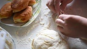 σπιτικές πίτες Ψημένες πίτες σε ένα πιάτο σε μια πετσέτα κουζινών φιλμ μικρού μήκους