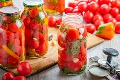 Σπιτικές παστωμένες ντομάτες στο βάζο Εκλεκτική εστίαση στοκ φωτογραφία
