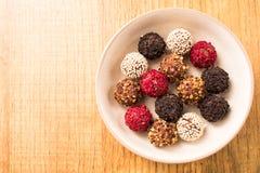 Σπιτικές πραλίνες σοκολάτας Σπιτική τρούφα σοκολάτας Στοκ Φωτογραφίες