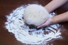 Σπιτικές συνταγές Να ζυμώσει και χειρωνακτική σχηματοποίηση του ψωμιού σίκαλης με τους σπόρους λιναριού και ηλίανθων σύμφωνα με τ στοκ φωτογραφία με δικαίωμα ελεύθερης χρήσης