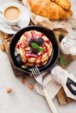 Σπιτικές τηγανίτες με το βατόμουρο Στοκ εικόνες με δικαίωμα ελεύθερης χρήσης