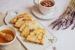 Σπιτικές τηγανίτες με το μέλι, τσάι, Lavender λουλούδια, εύκολα τρόφιμα στοκ εικόνες