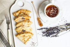 Σπιτικές τηγανίτες με το μέλι, τσάι, Lavender λουλούδια, εύκολα τρόφιμα στοκ εικόνα