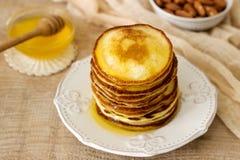 Σπιτικές τηγανίτες με το μέλι και τα καρύδια, πρόγευμα Στοκ εικόνα με δικαίωμα ελεύθερης χρήσης