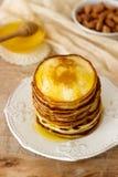 Σπιτικές τηγανίτες με το μέλι και τα καρύδια, πρόγευμα Στοκ εικόνες με δικαίωμα ελεύθερης χρήσης