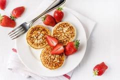 Σπιτικές τηγανίτες τυριών εξοχικών σπιτιών ThreeTasty με τις φράουλες στην άσπρη κορυφή έννοιας προγευμάτων προγευμάτων Diey πιάτ στοκ φωτογραφία με δικαίωμα ελεύθερης χρήσης