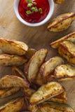 Σπιτικές τηγανιτές πατάτες σφηνών πατατών με το κέτσαπ Στοκ φωτογραφία με δικαίωμα ελεύθερης χρήσης