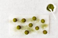 Σπιτικές τρούφες σοκολάτας που ξεσκονίζονται με τη σκόνη Matcha Στοκ φωτογραφία με δικαίωμα ελεύθερης χρήσης