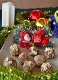 Σπιτικές τρούφες σοκολάτας με το επιδόρπιο Χριστουγέννων καρυδιών Στοκ Εικόνες
