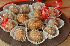 Σπιτικές τρούφες σοκολάτας με το επιδόρπιο Χριστουγέννων καρυδιών Στοκ Φωτογραφίες