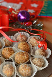 Σπιτικές τρούφες σοκολάτας με το επιδόρπιο Χριστουγέννων καρυδιών Στοκ εικόνα με δικαίωμα ελεύθερης χρήσης